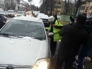 Poliţiştii le-au împărţit şoferilor pliante informative legate de noile prevederi legale privind transportul copiilor în maşină