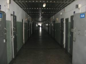 Trei deţinuţi din Penitenciarul Botoşani şi un alt individ aflat în stare de libertate sunt acuzaţi că au pus la cale o reţea prin care să introducă droguri în puşcărie