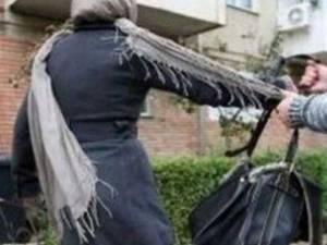 Victimele au fost atacate la ore matinale sau târzii, fiind bruscate pentru a li se smulge poşetele sau telefoanele. Foto: covasnamedia.ro