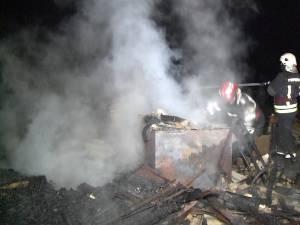 Un incendiu a mistuit casa în care locuiau fiica şi socrii primarului din Milişăuţi