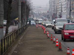 Banda eliberată de maşinile parcate este păzită de poliţişti locali