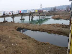 Balta uriaşă cu reziduri poate fi observată de pe podul de la Bazar