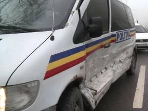 O dubă cu poliţişti de la Intervenţie Rapidă, tamponată violent în intersecţie