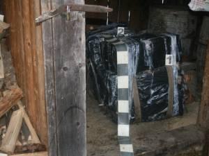 Aproape 3.000 de pachete de ţigări de contrabandă, găsite într-o anexă
