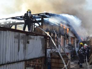 Pompierii au reuşit să limiteze extinderea focului