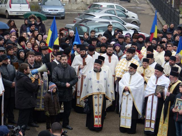 Zeci de preoţi împreună cu credincioşii din parohiile pe care le păstoresc au participat duminică la marş