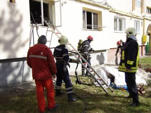 Incendiul a izbucnit miercuri, în jurul orei 10.15, într-un apartament de la parterul unui bloc de pe strada Gheorghe Doja