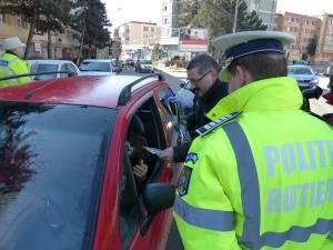 Auto Mitric şi Poliţia Rutieră au deja o tradiţie de 9 ani în a oferi flori doamnelor din trafic, de 8 Martie