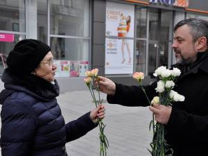 """Deputatul Ioan Balan a continuat şi în acest an tradiţia de a sărbători doamnele şi domnişoarele din """"capitala"""" judeţului cu ocazia Zilei Internaţionale a Femeii"""