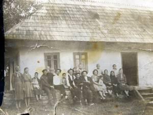Membrii unei familii din Arţari, acum câteva zeci de ani