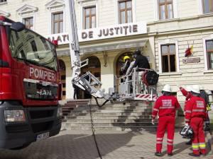 Aplicaţie cu un incendiu simulat la Palatul de Justiţie