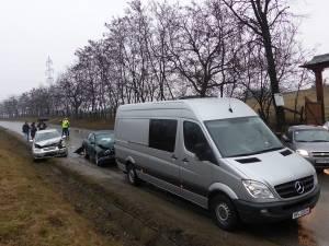Trei maşini au fost implicate într-o coliziune în lanţ care s-a petrecut ieri după-amiază pe strada Parcului din municipiul Suceava
