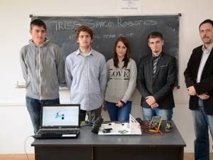 Echipa IT Robot Team ELITE, alături de prof. Gabriel Anastasiu