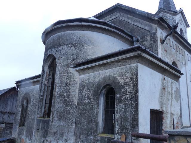 Biserica luterană are pereţii fisuraţi