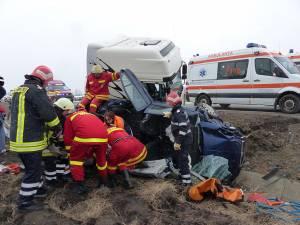Doi dintre răniţi au fost descarceraţi de pompieri