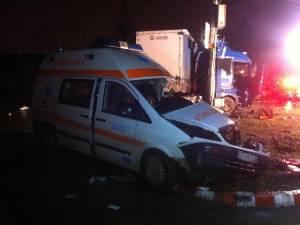 Ambulanţa aflată în misiune a fost izbită de un tir cu numere de Suceava