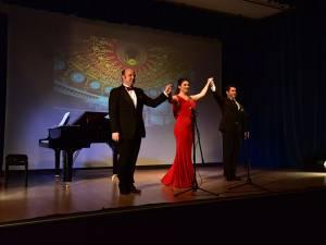 Teodor Ilincăi (dreapta) a concertat alături de mezzosoprana Emanuela Pascu şi pianistul Lucian Duşa. Foto: Adrian Craciunescul