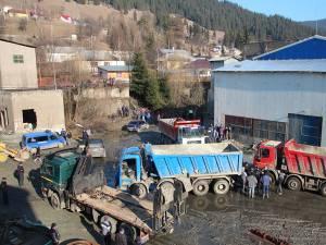 Camioanele au blocat accesul pentru camionul executorului