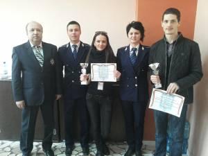 Câştigătorii Cupei Presei la Tir, alături de reprezentanţi ai IPJ Suceava