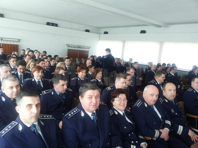 Peste 100 de poliţişti au fost avansaţi la termen, iar alţi zece, înainte de termen, pentru rezultate deosebite obţinute în 2014