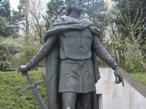 Statuia domnitorului moldovean Petru I Mușat (1375-1391) ar putea reveni curând în zona centrală a municipiului Suceava