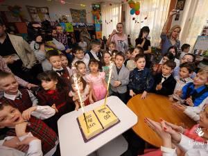 """O sută de zile de educaţie """"Step by Step"""" au fost marcate într-un mod deosebit de elevii clasei I SbS de la Şcoala Gimnazială Nr. 8 Suceava. Foto: Liviu Rotariu"""