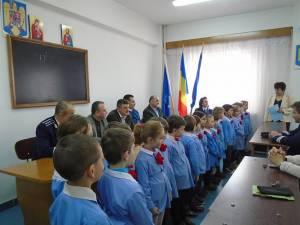 """Preşcolarii grupei mari """"Campionii"""" de la Grădiniţa cu Program Normal """"Lizuca"""" Fălticeni la Poliţia Municipală Fălticeni"""