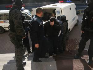 Cei 12 inculpaţi fac parte dintr-un lot de 36 de persoane trimise în judecată în aprilie 2014, în patru dosare instrumentate de Direcţia de Investigare a Infracţiunilor de Criminalitate Organizată şi Terorism Suceava