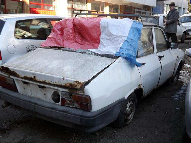 Rablă abandonată în parcarea din spatele sediului Bancpost din centrul Sucevei