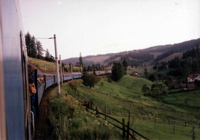Trenul Iaşi-Timişoara, între Valea Putnei şi Mestecăniş, în anii 1990, când avea peste 10 vagoane si era tractat de două locomotive. Foto: Razvan Varna-forumtrenuri.com