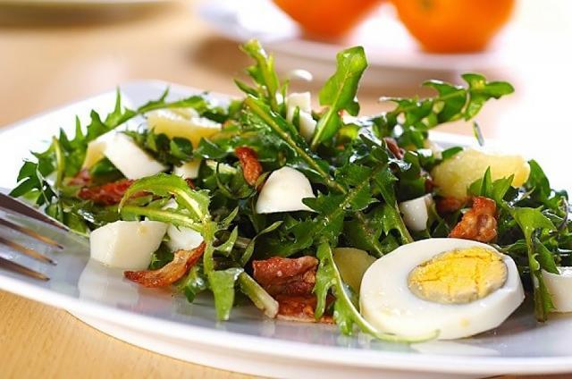 Salată de primavară, cu păpădie, arpagic şi tarhon