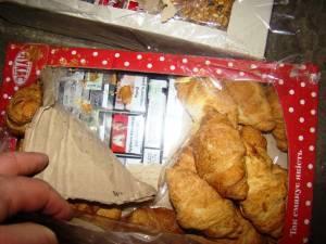 Ţigări de contrabandă ascunse în cutii de prăjituri