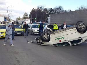 Evenimentul rutier s-a produs ieri, în jurul orei 16.00, şi, în ciuda violenţei impactului, şoferul aflat în maşina răsturnată nu a suferit leziuni