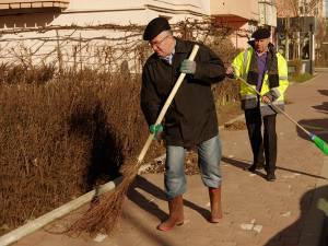 """Primarul Ion Lungu şi patronul firmei de salubrizare Diasil, Anton Curelaru, au participat la campania """"Toţi pentru curăţenia oraşului"""""""