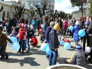 """35 de copii însoţiți de cadre didactice şi voluntari de la Colegiul """"Vasile Lovinescu"""" şi Şcoala Gimnazială """"Ion Irimescu"""" s-au jucat cu preşcolarii de la Grădiniţa cu Program Prelungit """"Pinocchio"""" cu baloane albastre"""