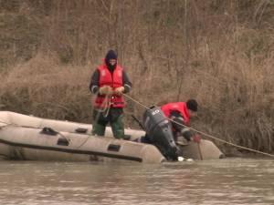 Pompierii Inspectoratului pentru Situaţii de Urgenţă (ISU) Suceava caută, de duminică, trupul bărbatului, care, se bănuieşte, s-ar fi înecat în râul Suceava