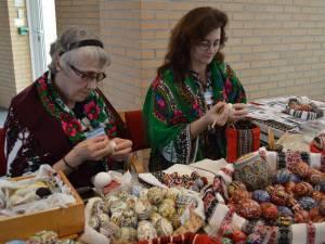 Maria Zinici şi Cristina Timu, artiste populare din Bucovina, au organizat în diferite localităţi şi instituţii din Olanda ateliere de încondeiat ouă. Foto: haga.mae.ro