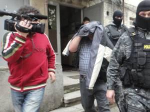 Vasile Lavric, escortat de caguliştii poliţiei
