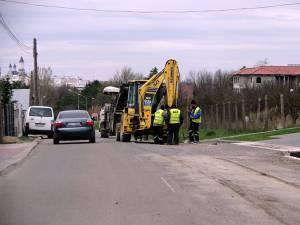 Directorul de liceu a oprit maşina aproape perpendicular de axul drumului blocând strada pentru aproximativ jumătate de oră