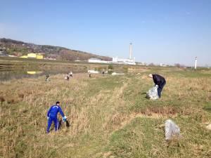 Voluntari de toate vârstele au răspuns chemării de a avea ape mai curate, prin curăţarea malurilor acestora