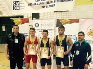 Trei din cei patru luptători medaliați la naționalele de juniori, alături de antrenorii Daniel Ciubotaru și Andrei Bolohan