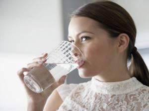 Apa ajută la elasticitatea ţesuturilor. Foto: antenasatelor.ro