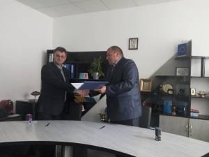 Directorii celor două instituţii de învăţământ, la semnarea acordului