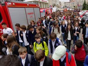 Peste o mie de tineri au ieşit ieri pe străzile Sucevei pentru a protesta împotriva violenţei, drogurilor, tutunului