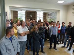 Angajaţii primăriei reclamă că sunt uitaţi de Guvern