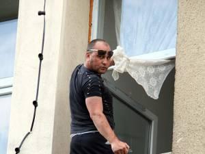 Adrian Aursulesei când ameninţa că se aruncă de pe spital, dacă primarul nu îi dă casă