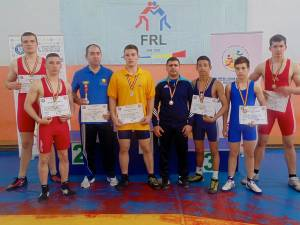 Cei șase medaliați ai LPS Suceava alături de antrenorii Valerică Gherasim și Andrei Bolohan