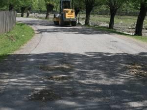 Cum se plombează gropile pe drumul care leagă Stulpicani de Negrileasa