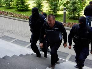 Peste 40 de persoane cercetate într-un megadosar de contrabandă au fost aduse ieri la sediul Direcţiei de Investigare a Infracţiunilor de Criminalitate Organizată şi Terorism