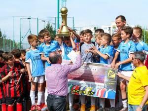 Micii fotbalişti de la Juniorul Suceava primesc trofeul  din mâinile primarului din Cluj, Emil Boc